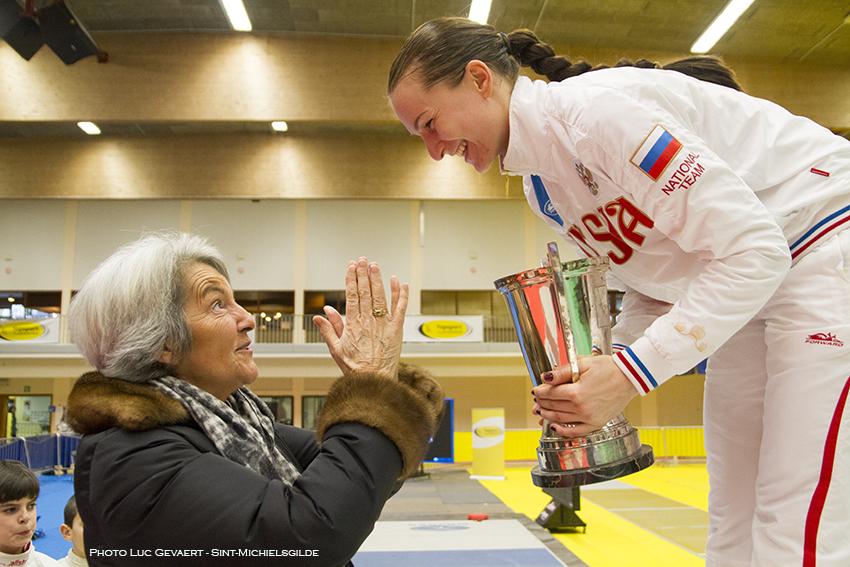 Mevrouw Brasseur overhandigt de wisselbeker Yves Brasseur